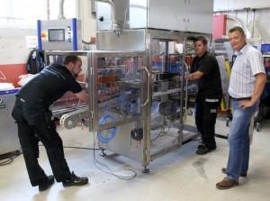 Det er i denne beskjedne hallen i Vestfossen de ansatte ved AMC monterer og tester ut nye løsninger for næringsmiddelindustrien. Det aller meste som lages her er egenutviklet og med verdenspatent. Kjell E. Grønbeck følger med i prosessen.
